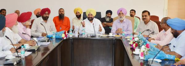 S. Balbir Singh Sidhu,  Hon'ble  Cabinet Minister, Animal Husbandry, Dairy Development,Fishries and Labour, interacting with University Officers (04.05.2018)