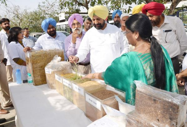 S. Balbir Singh Sidhu,  Hon'ble  Cabinet Minister interacting with Head, Department of Animal Nutrition (04.05.2018)