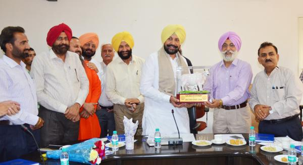 Worthy Vice-Chancellor Dr. Amarjit Singh Nanda presenting a memento to S. Balbir Singh Sidhu,  Hon'ble  Cabinet Minister. (04.05.2018)