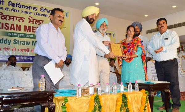 S. Balbir Singh Sidhu, Cabinet Minister for Animal Husbandry, Dairy Development, Fisheries and Labour and Dr. A.S. Nanda, Vice Chancellor distribute the prize in Mahila Kisan Diwas on 15 October, 2018 at KVK, SAS Nagar Mohali
