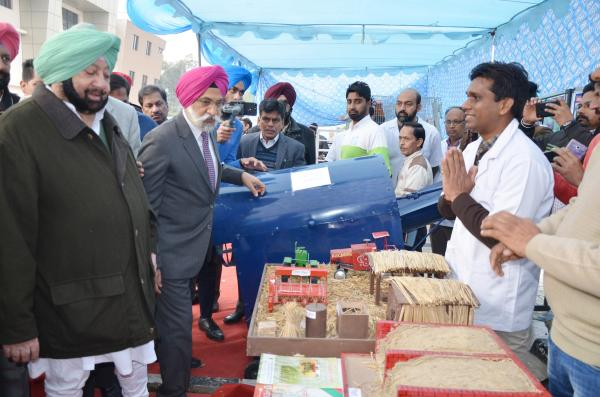 Capt. Amrinder Singh, Honble Chief Minister, Punjab interacting with Deputy Director of KVK, Tarntaran(15.01.2019)