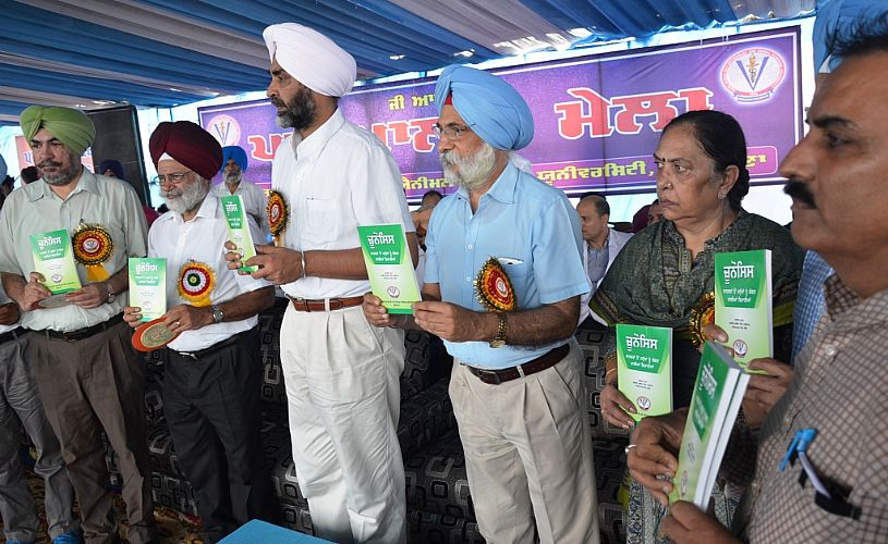 Dr. A. S. Nanda, VC, GADVASU, S. Manpreet Singh Badal, Finance Minister, Sh. B. S. Dhillon, VC, PAU and other officials of GADVASU released the book on Zoonosis on 22nd Sept. 2017